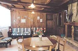 si compone di una stanza grande cucina tinello arredata con cucina in muratura e legno massello con lavello in marmo forno piano cottura e frigo